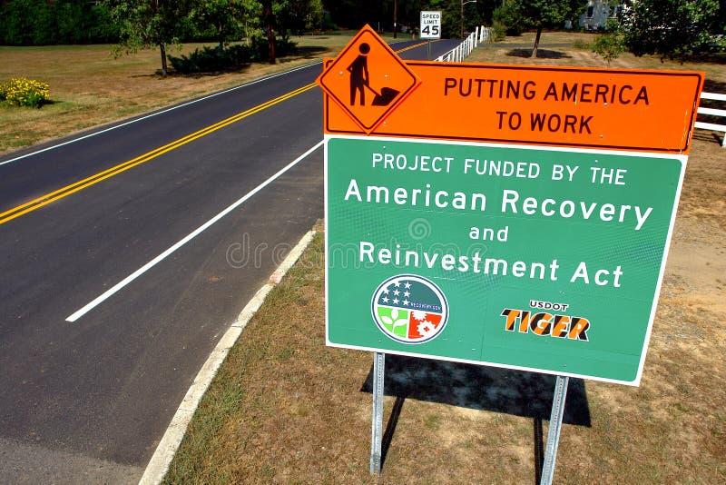 Amerikanisches Wiederanlauf-und Neuanlage-Taten-Verkehrsschild stockfotos