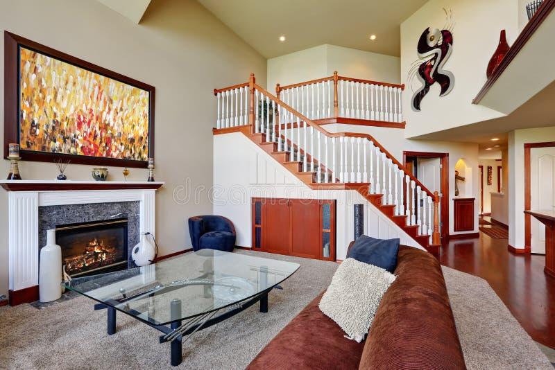 download amerikanisches wohnzimmer mit hoher gewlbter decke und treppenhaus stockbild bild von gebude familie - Amerikanisches Wohnzimmer