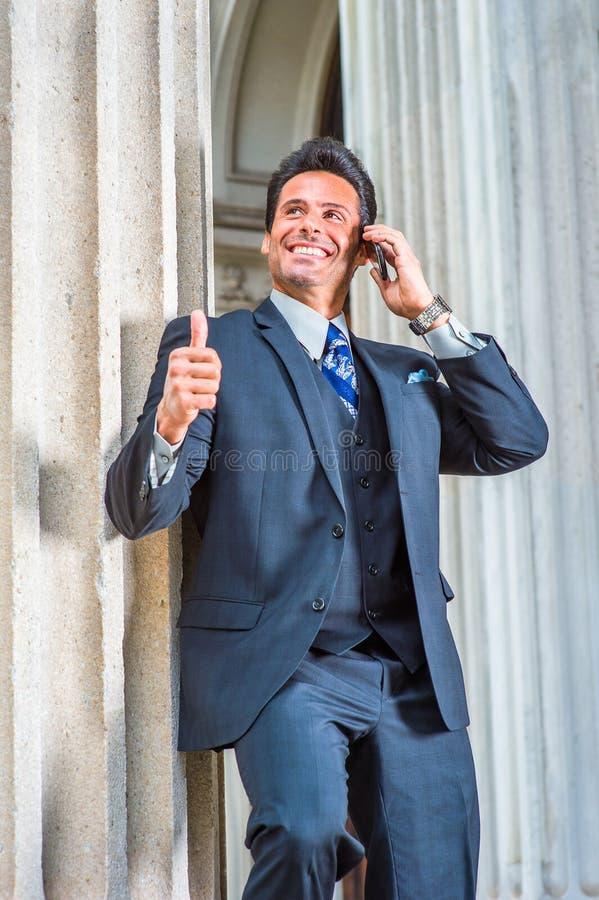 Amerikansk affärsman för lyckad mellersta ålder som talar på mobiltelefonen arkivfoton