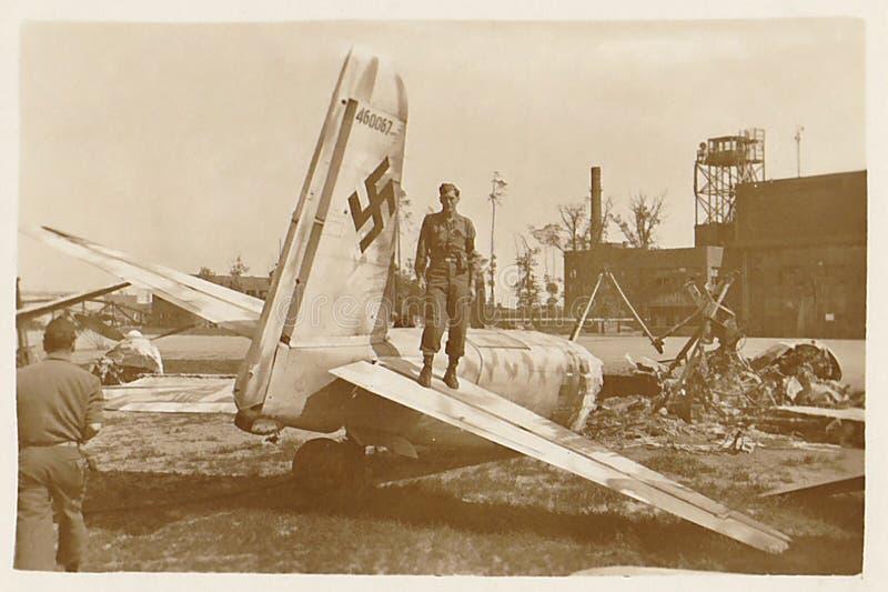 Amerikansk amerikansk soldat på Nazi Plane fotografering för bildbyråer