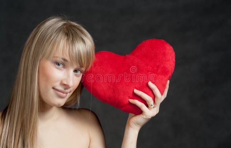 Amerikansk blond haired kvinna med Hjärta-formad fotografering för bildbyråer