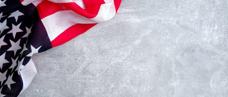 Amerikansk flagga på betongsten med kopieringsutrymme Banderollmall för USA Memorial Day, Presidentdag, veterandagen, arkivfoto
