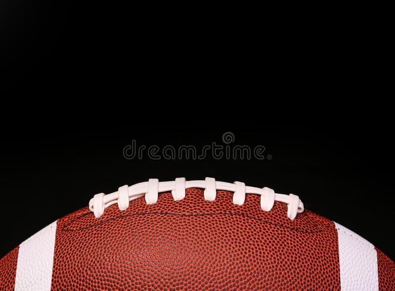 amerikansk fotboll Boll över svart arkivbilder