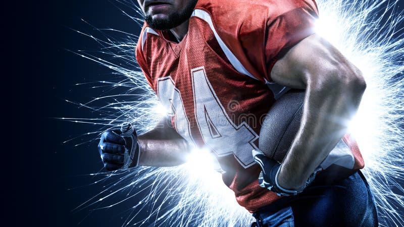 Amerikansk fotbollsspelare i handling på svarten arkivfoton