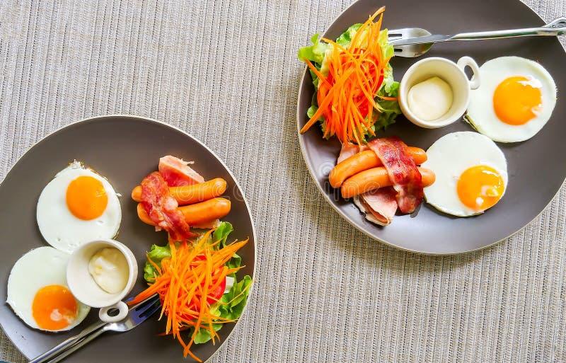 Amerikansk frukost på Gray Plate för par på hörnet som används som mall royaltyfri bild