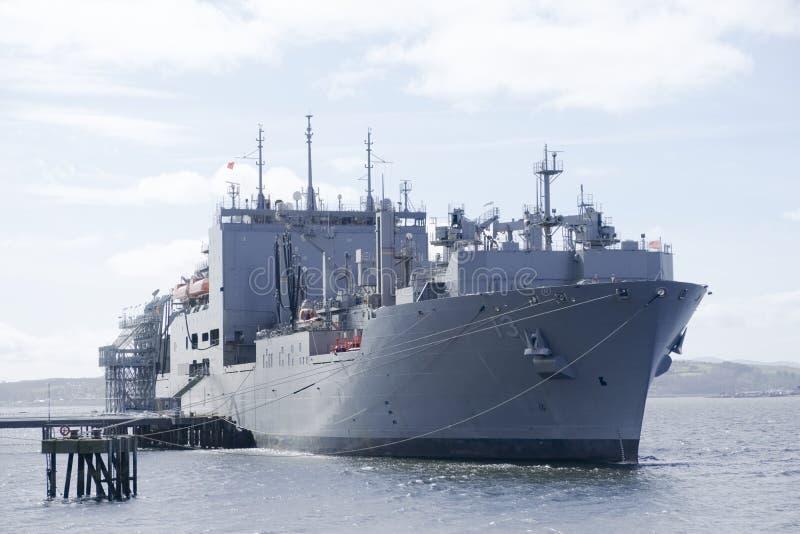 Amerikansk grå färgslagskepp och brittisk kunglig flotta som anslutas på den sjö- grunden i Skottland för marinen royaltyfri bild