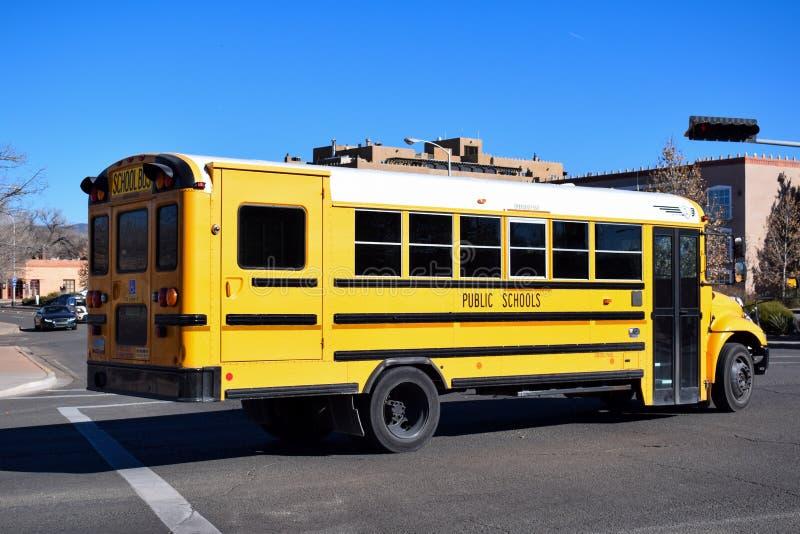 Amerikansk gul skolbuss i nytt - Mexiko arkivbilder