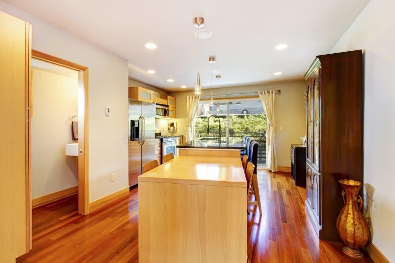 Amerikansk kökruminre med det wood kabinettet, rostfri stee royaltyfria bilder