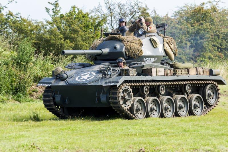 Amerikansk ljus Chaffee Tank och besättning royaltyfria bilder