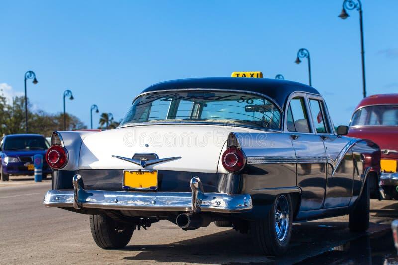 Amerikansk Oldtimertaxi för Kuba på promenaden royaltyfri bild