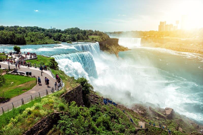 Amerikansk sida av Niagara Falls, NY, USA Turister som tycker om härlig sikt till Niagara Falls under varm solig sommardag royaltyfria foton