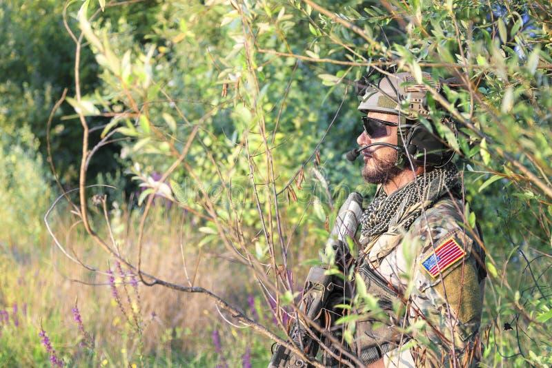 Amerikansk soldat i buskarna royaltyfria bilder