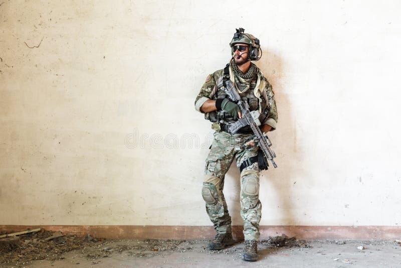 Amerikansk soldat som bevakar under militär operation arkivbild