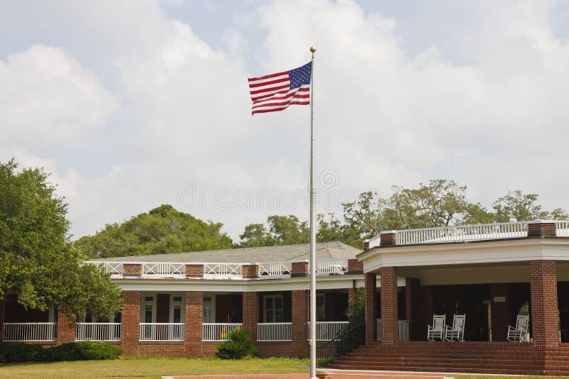 amerikansk tegelstenflaggaflaggstång utanför paviljong arkivbilder