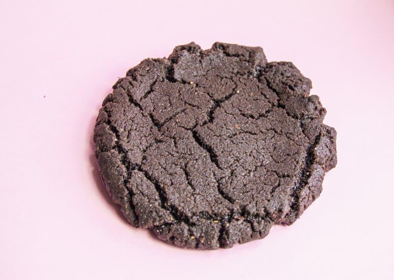 Amerikanska choklade kakor, traditionella berömda smakliga kakor på pastellfärgad rosa bakgrund royaltyfri fotografi