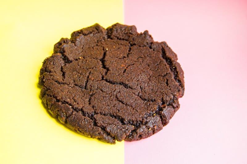Amerikanska choklade kakor, traditionella berömda smakliga kakor på pastellfärgad rosa och gul bakgrund arkivfoton