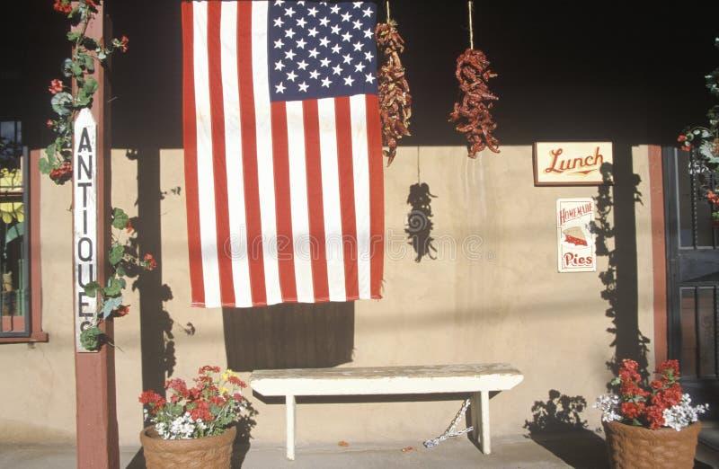 Amerikanska flaggan framme av det antika lagret, Santa Fe som är ny - Mexiko royaltyfri foto