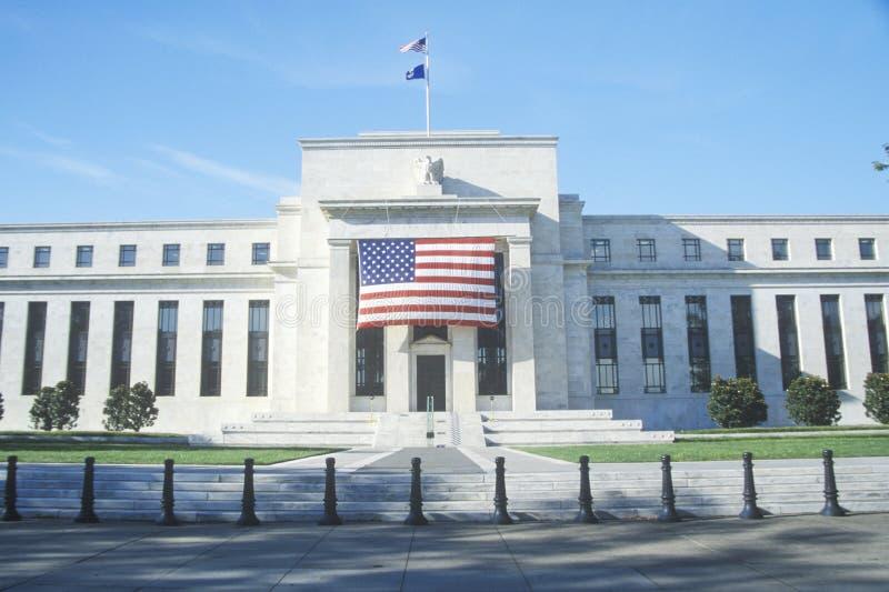 Amerikanska flaggan hängde på den federala reservgruppen, Washington, D C arkivbilder