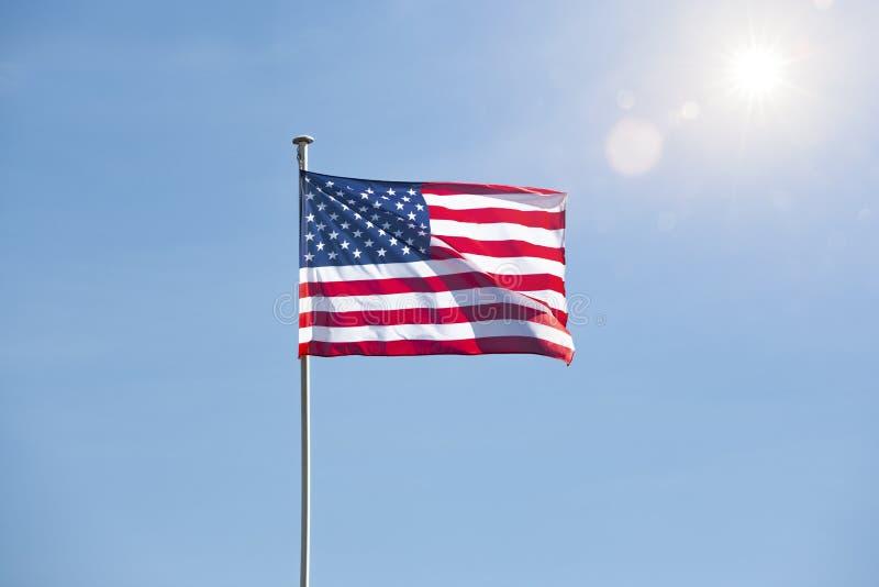Amerikanska flaggan i blå himmel arkivbilder