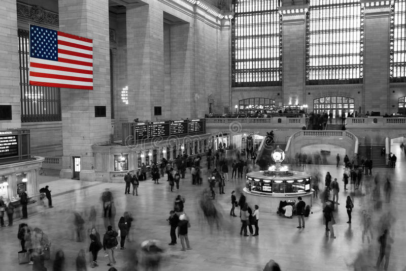 Amerikanska flaggan i den Grand Central stationen royaltyfri bild