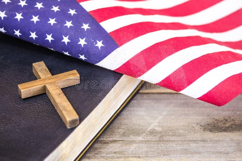 Amerikanska flaggan med Christain Cross och den heliga bibeln royaltyfri fotografi