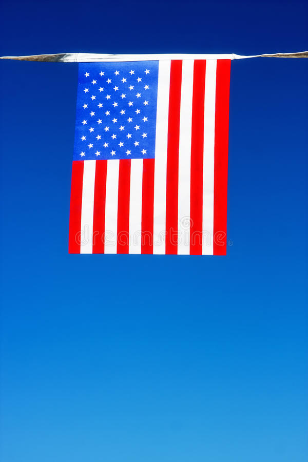 Amerikanska flaggan med klar himmel i bakgrunden royaltyfri bild