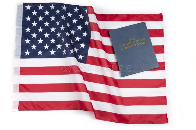 Amerikanska flaggan med USA-konstitutionen eller den heliga bibeln royaltyfria bilder
