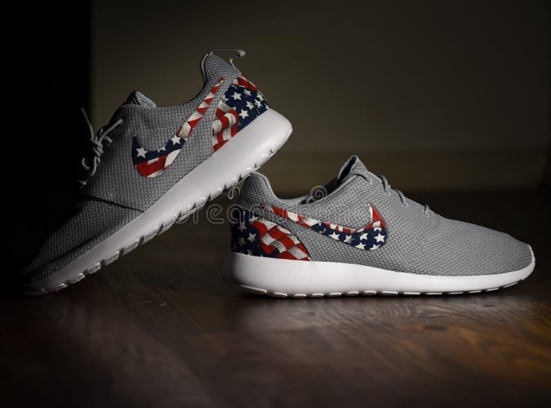 Amerikanska flaggan Nike Roshes royaltyfri foto