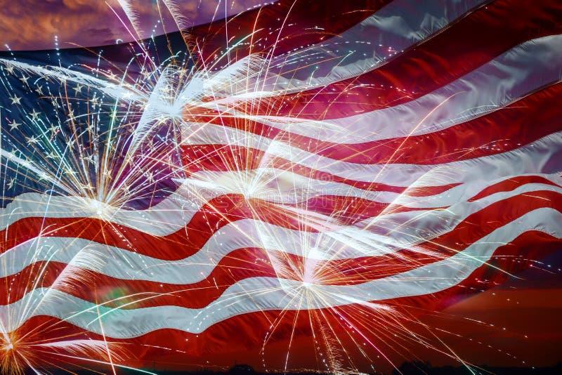 Amerikanska flaggan och att flyga fyrverkerier och konstitutionmontagen arkivbilder