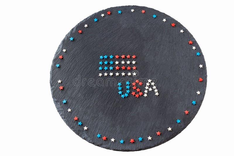 Amerikanska flaggan och begrepps4th Juli för ord USA självständighetsdagen Rundan kritiserar bakgrund Lekmanna- lägenhet Top besk fotografering för bildbyråer