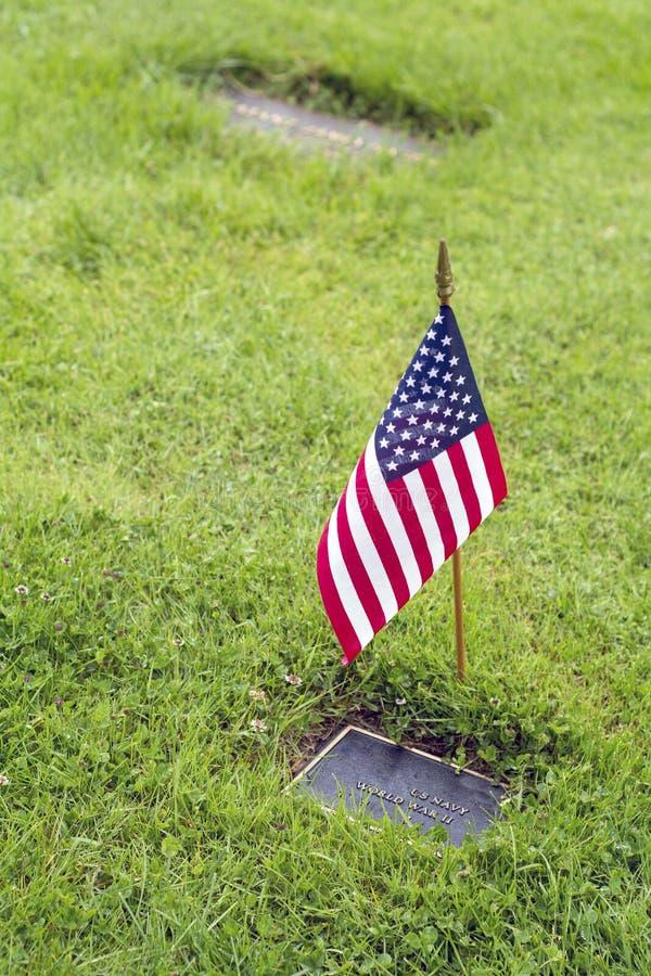 Amerikanska flaggan och blommor på veteranGraveside royaltyfria bilder