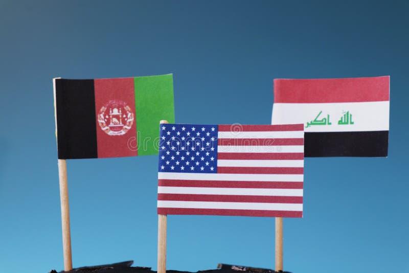 Amerikanska flaggan och en andra två flaggor av Afghanistan och Irak Tillstånden var Amerika har hans soldater arkivfoton