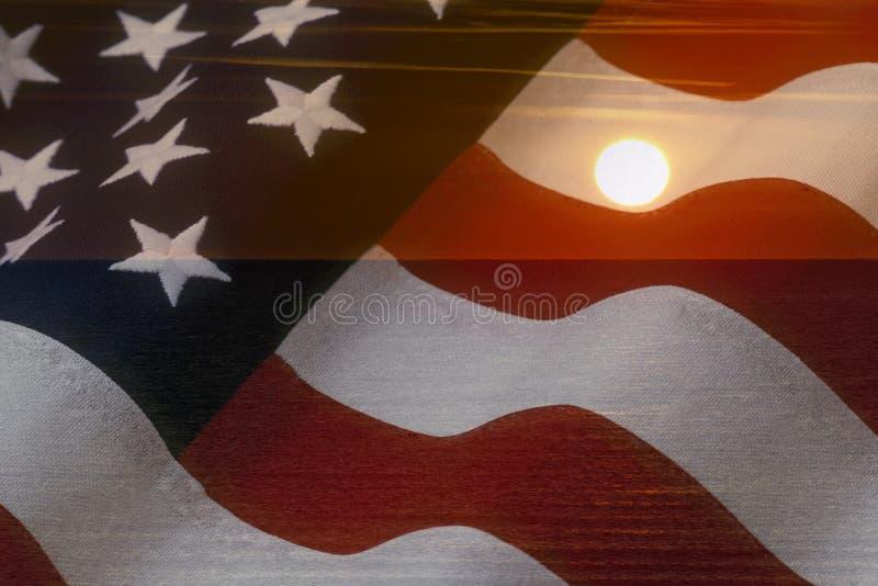 Amerikanska flaggan och ljust solsken på havet USA patriotiskt begrepp royaltyfri foto