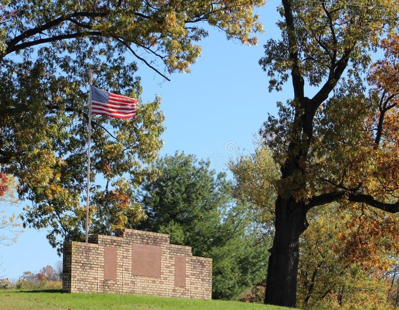 Amerikanska flaggan och minnesmärkear royaltyfri bild