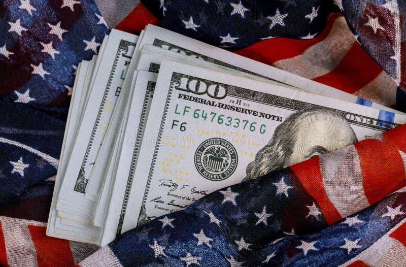 Amerikanska flaggan och pengar för sedelUSD valuta royaltyfria foton