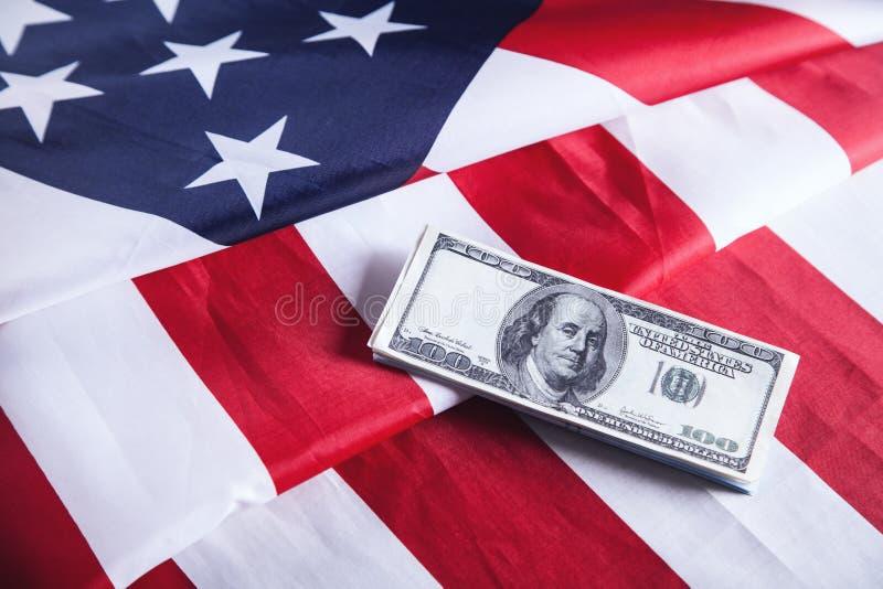 Amerikanska flaggan och pengar för sedelUSD valuta royaltyfria bilder