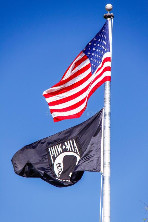 Amerikanska flaggan och POW MIA Flag arkivfoto