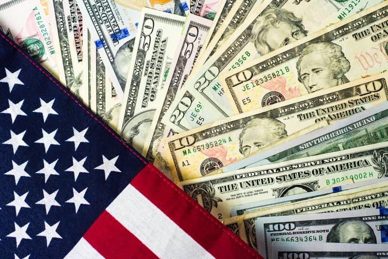 Amerikanska flaggan- och sedelUSD valuta arkivfoto