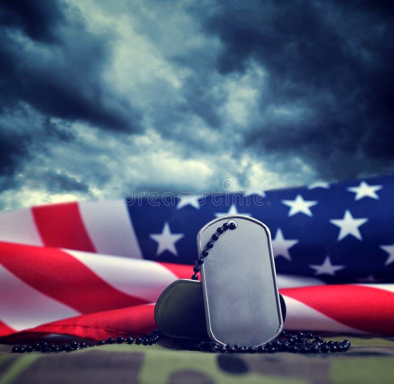 Amerikanska flaggan- och soldatemblem arkivbild