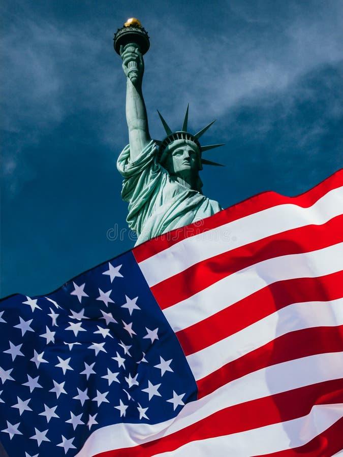 Amerikanska flaggan och statyn av frihet Bakgrund f?r sj?lvst?ndighetsdagen - 4th av Juli arkivbilder