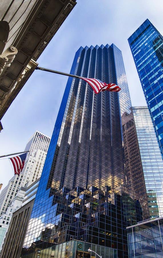 Amerikanska flaggan och trumfen står högt som en bakgrund royaltyfri fotografi