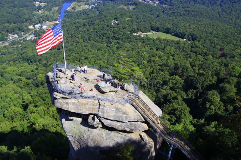 Amerikanska flaggan och turister på lampglaset vaggar i North Carolina, USA royaltyfri foto