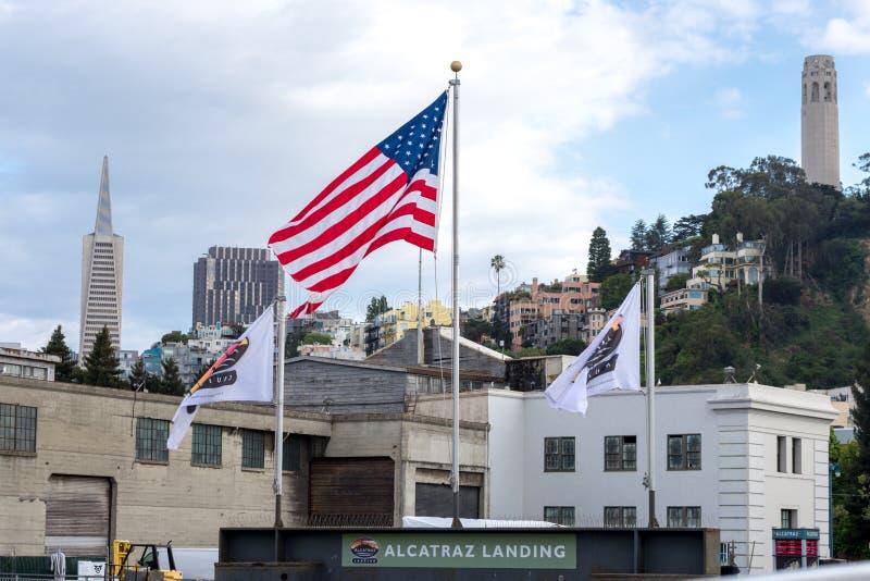 Amerikanska flaggan på Alcatraz landning i San Franscisco, Kalifornien royaltyfria foton