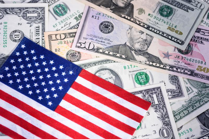 Amerikanska flaggan på blandade sedlar Pengar kontant bakgrund finansiellt begrepp royaltyfri foto