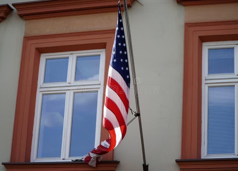 Amerikanska flaggan på byggnaden royaltyfri bild