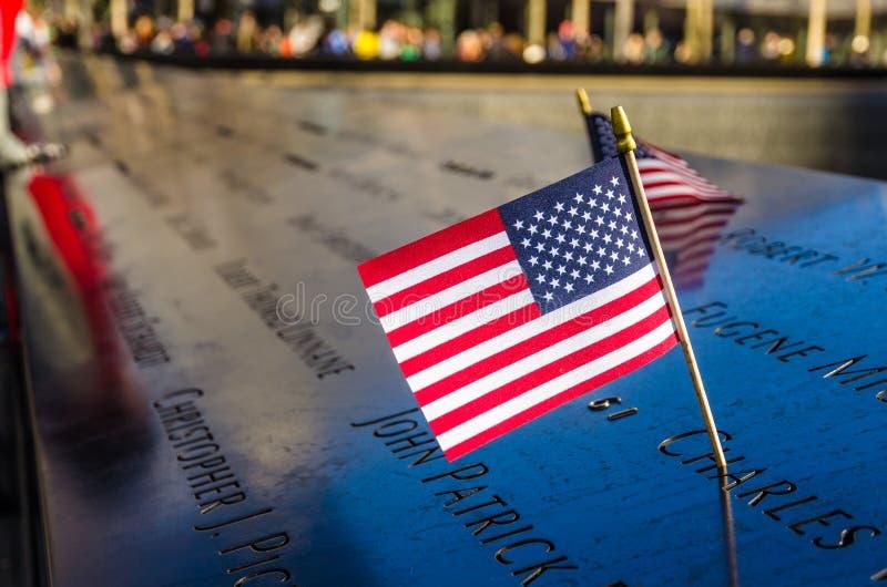 Amerikanska flaggan på den nationella September 11 minnesmärken, New York royaltyfria foton