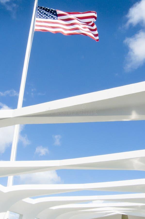 Amerikanska flaggan på den pärlemorfärg hamnen minnes- oahu hawaii Förenta staterna arkivbilder