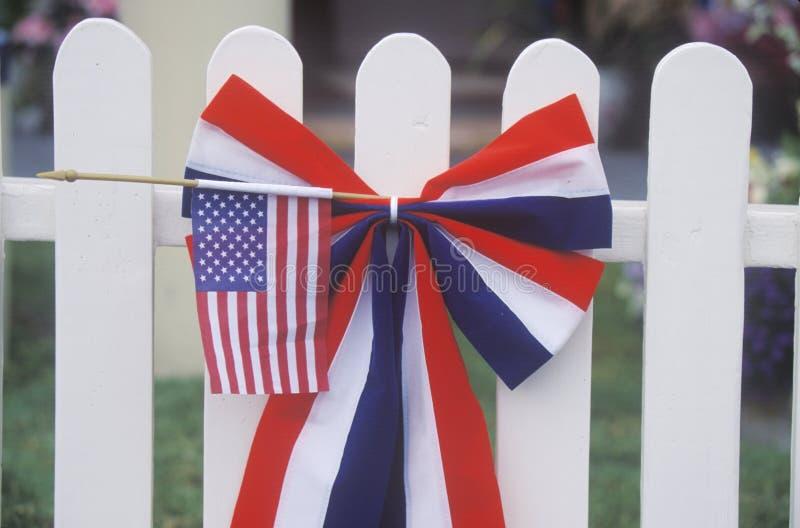 Amerikanska flaggan på det vita posteringstaketet, självständighetsdagen ståtar, Cayucos, Kalifornien fotografering för bildbyråer