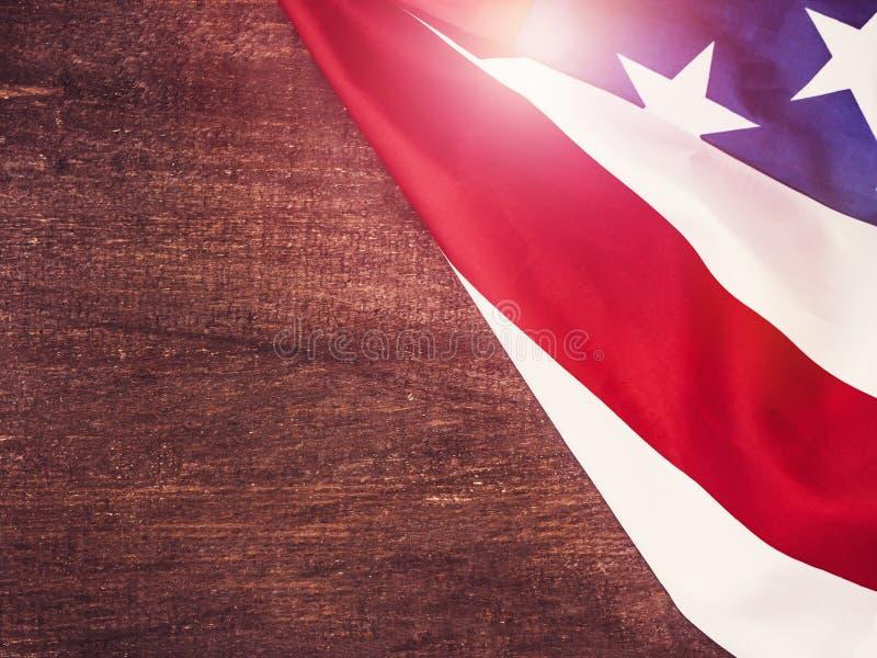 Amerikanska flaggan på ett trä, tappningyttersida arkivbild