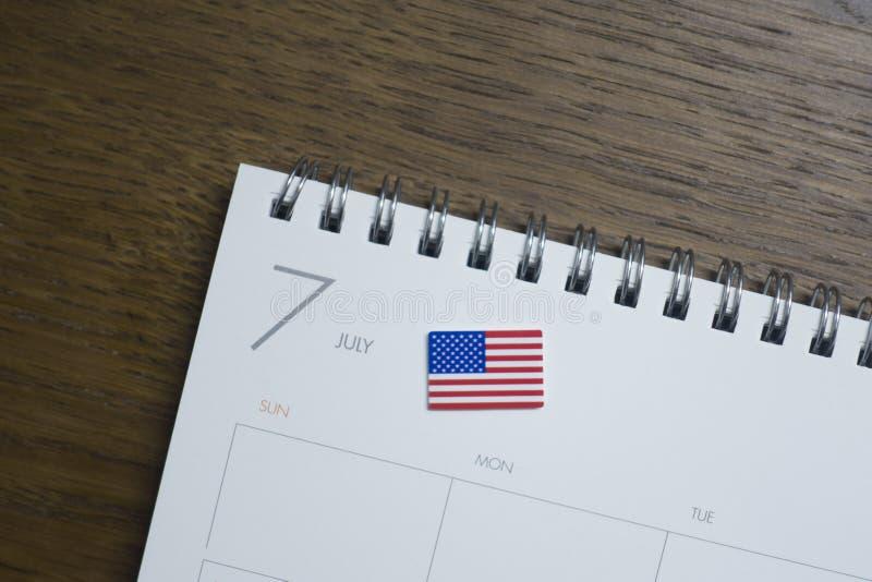 Amerikanska flaggan på Juli av kalendern royaltyfria bilder